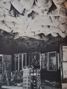 DUCHAMP Marcel (1887-1968), Ciel de roussettes (1200 sacs de charbon suspendus au plafond au-dessus d'un poêle), détail, 1938, Exposition Internationale du Surréalisme, Paris, janvier-février 1938.