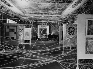 DUCHAMP Marcel (1887-1968), Le Fil (Mile of String), 1942,  installation dès le vernissage de l'Exposition First Papers of Surrealism, New-York, octobre-novembre 1942.